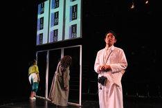 文学座12月アトリエの会「鳩に水をやる」より。左から宝意紗友莉、塩田朋子、林田一高。(撮影:宮川舞子)
