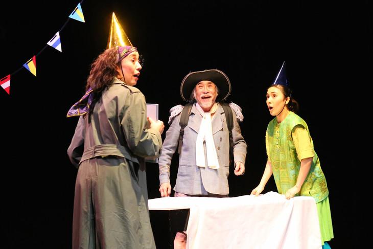文学座12月アトリエの会「鳩に水をやる」より。左から塩田朋子、外山誠二、宝意紗友莉。(撮影:宮川舞子)