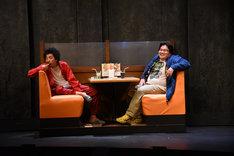 左から柄本時生演じる伊藤和彦、駒木根隆介演じる野宮直樹。