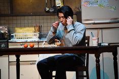 プリンを食べる高橋満(賀来賢人)。