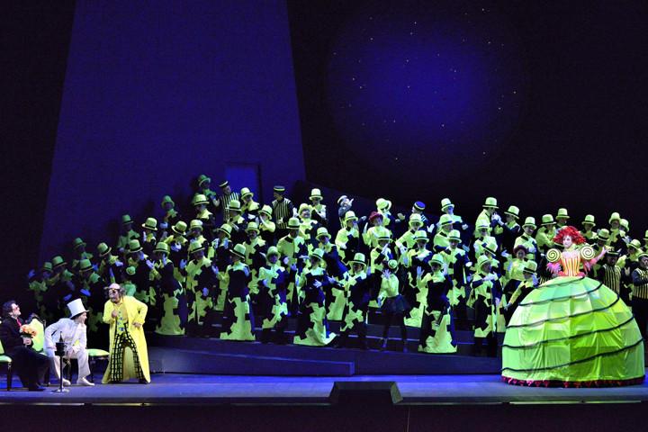 新国立劇場「ホフマン物語」2013年公演より。(撮影:三枝近志、提供:新国立劇場)