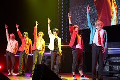 「STAGE FES 2017」より、舞台「おそ松さん on STAGE~SIX MEN'S SHOW TIME 2~」のキャストによるパフォーマンスの様子。
