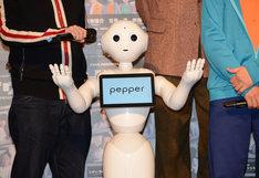 挨拶するPepper。