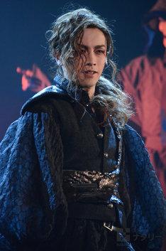 鈴木勝吾演じるマクベス。