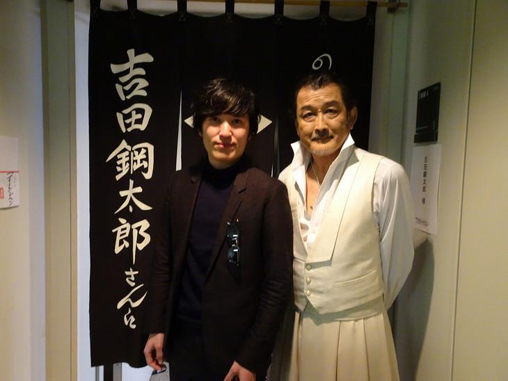 左から清塚信也、吉田鋼太郎。