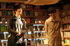左から水田航生、橋本淳。