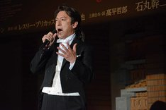 ミュージカル「ジキル&ハイド」製作発表記者会見より、「知りたい」を歌唱する石丸幹二。