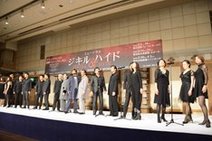 ミュージカル「ジキル&ハイド」製作発表記者会見より、「嘘の仮面」を披露するカンパニーキャストたち。