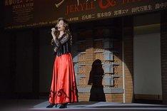 ミュージカル「ジキル&ハイド」製作発表記者会見より、「あんなひとが」を歌唱する笹本玲奈。