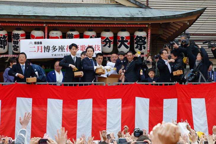 福岡・櫛田神社で行われた「豆まき神事」の様子。