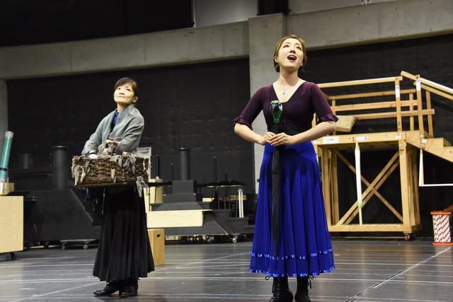 ミュージカル「メリー・ポピンズ」稽古公開より、左から島田歌穂、平原綾香。