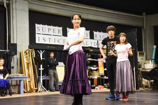 ミュージカル「メリー・ポピンズ」稽古公開より、濱田めぐみ(手前中央)。