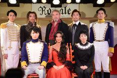 上段左からローレンス役の太田基裕、ガルシア役のKENTARO、老人役の団時朗、ジャン役の福井晶一、スニーガ中尉役の伊礼彼方。下段左からホセ役の松下優也、カルメン役の花總まり。