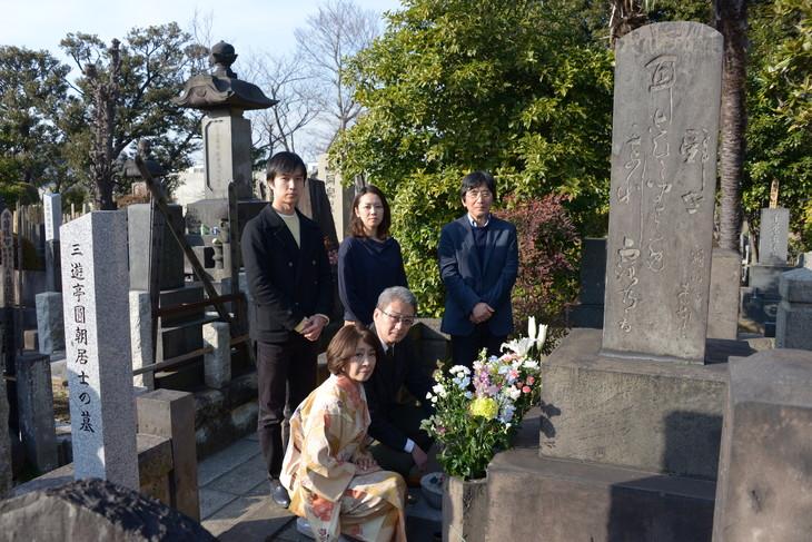 文学座「怪談 牡丹燈籠」墓参りの様子。東京・全生庵にある初代三遊亭円朝の墓前。