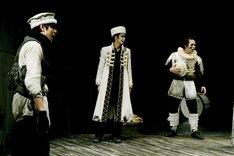 世田谷パブリックシアター「岸 リトラル」より。左より小柳友、鈴木勝大、佐川和正。(撮影:細野晋司)