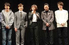 左から中村優一、染谷俊之、篠田麻里子、岡田達也、和田琢磨。