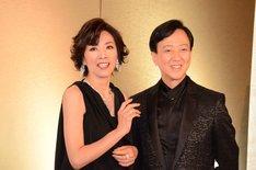「坂東玉三郎 越路吹雪を歌う『愛の讃歌』」制作発表記者会見より、左から真琴つばさ、坂東玉三郎。