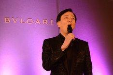 「坂東玉三郎 越路吹雪を歌う『愛の讃歌』」制作発表記者会見より、「愛の讃歌」を歌う坂東玉三郎。
