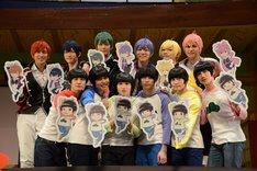 舞台「おそ松さん on STAGE ~SIX MEN'S SHOW TIME 2~」囲み取材より、イラストパネルを持ったキャスト陣。