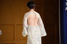 背中の大きく開いたドレスを身にまとう宮沢りえ。