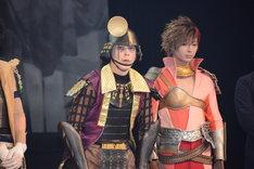 左から後藤又兵衛役の汐崎アイル、島左近役の斉藤秀翼。