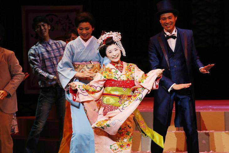 ミュージカル「舞妓はレディ」より。メインテーマ「舞妓はレディ」を歌い踊るシーン。