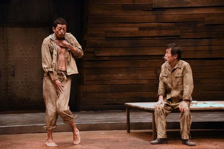 「赤道の下のマクベス」フォトコールより。左から池内博之演じる朴南星、平田満演じる黒田。
