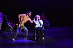 「近藤良平とハンドルズによるダンス公演『初めての そんなふうな 気がしない』」より。(c)池田ひらく / 提供:金沢21世紀美術館