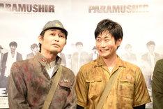 くしゃみをした人を見つめる安田顕(左)。