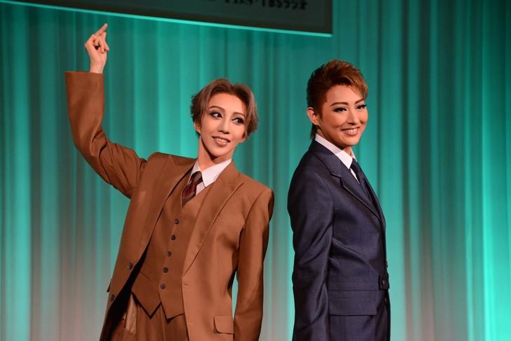 宝塚歌劇月組「ミュージカル『雨に唄えば』」制作発表会より、左から美弥るりか、珠城りょう。
