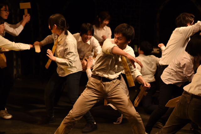 弦巻楽団 演技研究講座「舞台に立つ」成果発表公演「コリオレイナス」より。(撮影:たねだもとき)