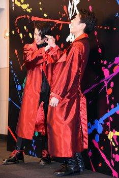 「滝沢歌舞伎2018」囲み取材より、滝沢(右)の手を握り微笑む三宅(左)。