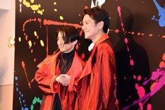「滝沢歌舞伎2018」囲み取材より、握手を交わす三宅健(左)と滝沢秀明(右)。