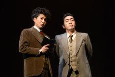 左から宮崎秋人演じるジェームス・ワトソン、中村亀鶴演じるフランシス・クリック。