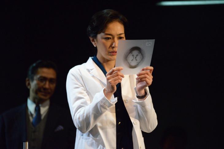 板谷由夏演じるロザリンド・フランクリン(中央)。