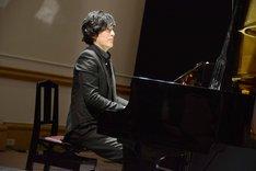 「シラノ・ド・ベルジュラック」製作発表記者会見より、吉田らの朗読に合わせてピアノを演奏する清塚信也。
