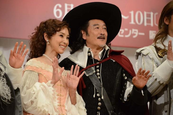 「シラノ・ド・ベルジュラック」製作発表記者会見より、カメラに向かって手を振る黒木瞳(左)、吉田鋼太郎(右)。