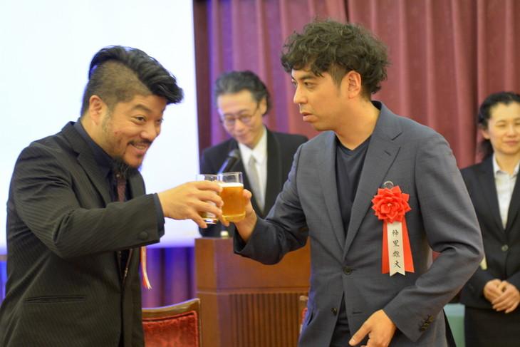 第62回岸田國士戯曲賞授賞式より。左から福原充則、神里雄大。