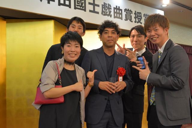 第62回岸田國士戯曲賞授賞式より。左手前から白神ももこ、柴幸男、神里雄大、中屋敷法仁、杉原邦生。