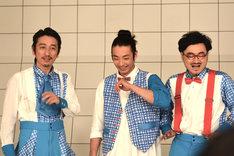 記者に急にポーズを求められて戸惑う3人。左から岩井秀人、森山未來、前野健太。