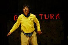 KAAT神奈川芸術劇場×世田谷パブリックシアター「バリーターク」の様子。(撮影:細野晋司)