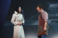 舞台「雲のむこう、約束の場所」より。左から浅野温子演じる阿知良芳江、松澤一之演じる岡部智之。