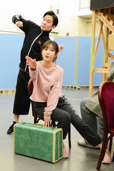 ミュージカル「アメリ」公開稽古より、舞台奥から山岸門人、渡辺麻友。