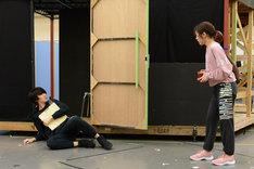 ミュージカル「アメリ」公開稽古より、左から太田基裕、渡辺麻友。