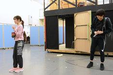 ミュージカル「アメリ」公開稽古より、左から渡辺麻友、太田基裕。