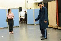 ミュージカル「アメリ」公開稽古より、左から渡辺麻友、藤木孝。
