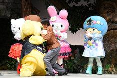 ポムポムプリン(左)にしがみつく谷川康太役の北川尚弥(中央)。