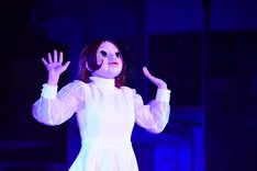 現代美術作家・ヤノベケンジによる「Hibiya Festival」のシンボルオブジェ・Floraを模した仮面をつけ、少女の心情を表現するダンサー。