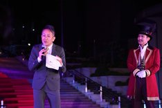 「Opening Show」カーテンコールより、宮本亜門(左)。