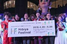 「Opening Show」フォトセッションより、左から鈴木瑛美子、中川晃教、宮本亜門、大澄賢也、ヤノベケンジ。